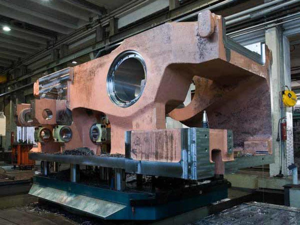 Lavorazione meccanica su corpo stampatrice a caldo