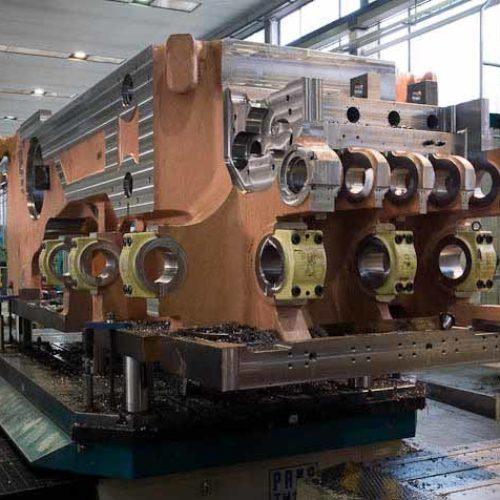 lavorazioni meccaniche su presse stampatrici a caldo.