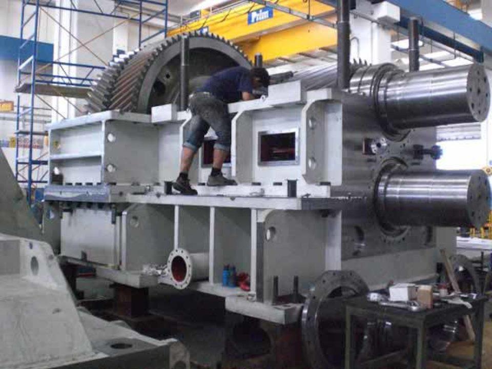 Fasi di montaggio del riduttore gabbia pignone integrato  per laminazione leghe speciali