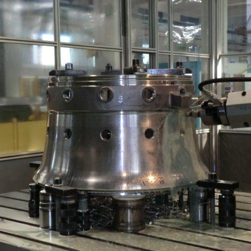 Abbiamo eseguito lavorazioni meccaniche conto terzi di un componente per una turbina a gas per un importante cliente leader a livello internazionale. Trattasi di un tubo fiamma per turbina a gas realizzato in acciaio inox ad alto tenore cromo.