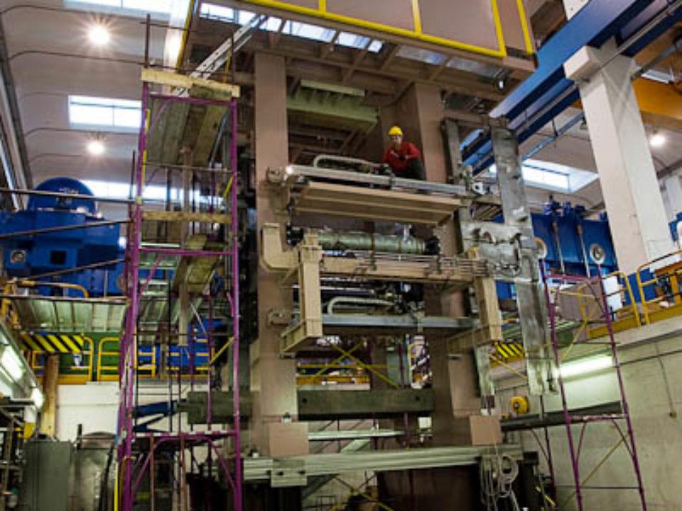 Dressiergerüst, komplett montiert, mit Verrohrung  und elektrischer Verkabelung; Gesamtgewicht 200 Tonnen