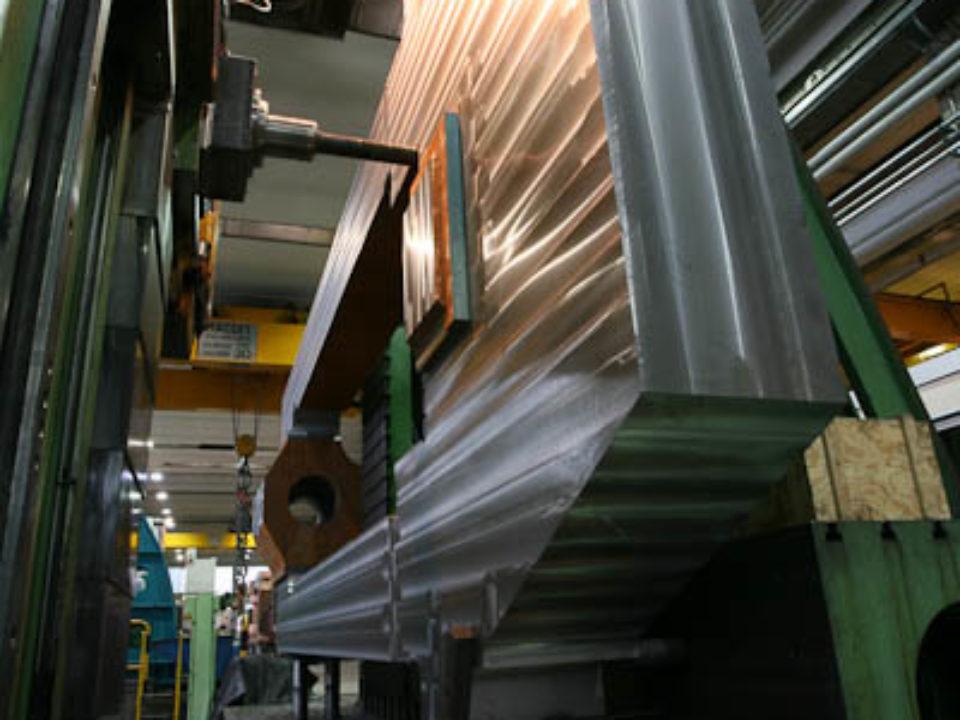 Diemechanische Bearbeitung der Ständer erfolgt auf CNC-Werkzeugmaschinen der jüngsten Generation mit bis zu 5 gesteuerten Achsen.